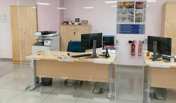 Nuestras mamparas protectoras y divisiones de oficina a medida aumentan la protección de los espacios